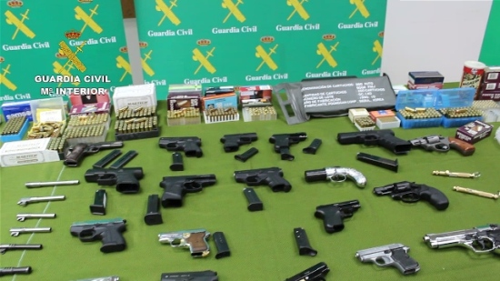 Armamento incautado a los detenidos. Foto: Guardia Civil.