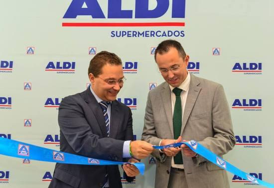 El alcalde de Andújar, Paco Huertas, y el portavoz de ALDI, Eddie Christiansen, han inaugurado el nuevo centro. Foto: Ayto. Andújar.