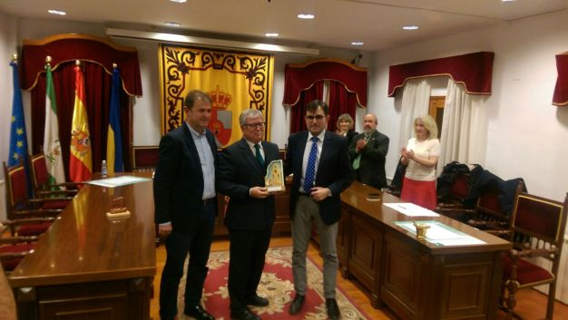 El alcalde de Villanueva de la Reina, el premiado y el diputado de Cultura y Deportes, en la entrega del galardón.