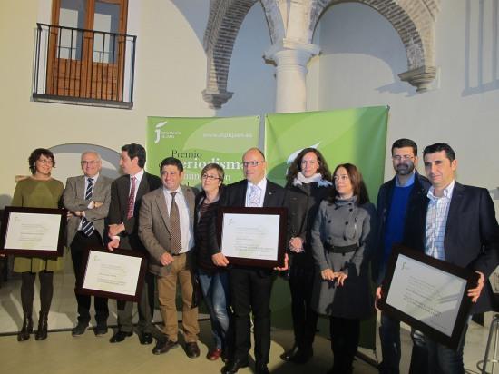 Foto de familia con los premiados y el jurado de los Premios de Periodismo y Comunicación Local de la Diputación.
