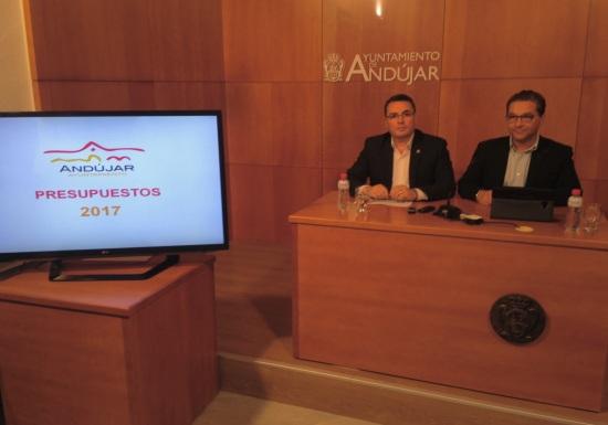 El alcalde de Andújar, Paco Huertas, y el concejal de Economía, Pedro Luis Rodríguez, han presentado el proyecto de presupuestos municipales para el año 2017