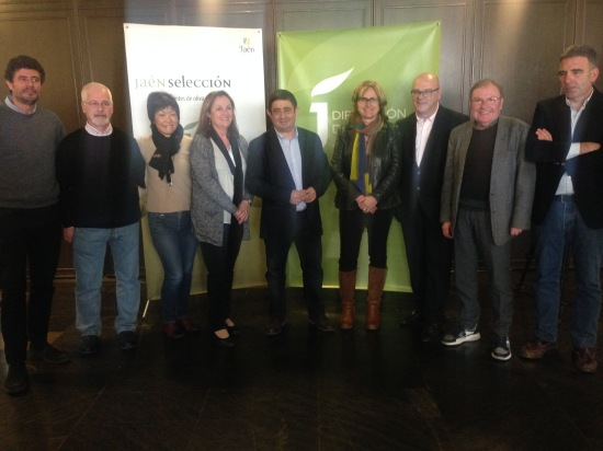 Francisco Reyes posa junto a los integrantes del panel de cata Jaén Selección 2017.