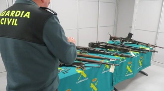 """Armas de """"Guerra"""" incautadas a los detenidos. Foto: Guardia Civil."""