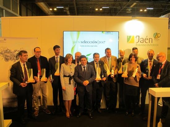 Foto de familia con los empresarios oleícolas de los aceites Jaén Selección 2017.