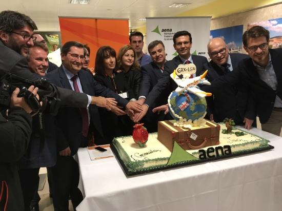 El diputado de Promoción y Turismo, segundo por la derecha, en el acto con el que se ha recibido la llegada de este primer vuelo.