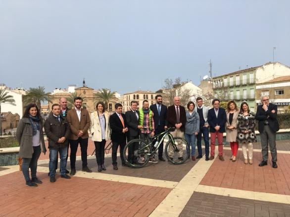 El alcalde de Andújar, Paco Huertas, asistió a la presentación de la Andalucía Bike Race 2017.