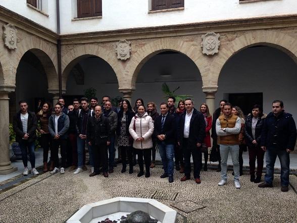 Foto de familia de las autoridades con representantes de las empresas beneficiadas.