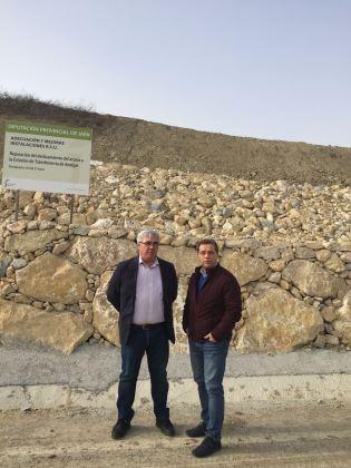 Bartolomé Cruz y Francisco Huertas en el acceso a la estación de transferencia de Andújar.