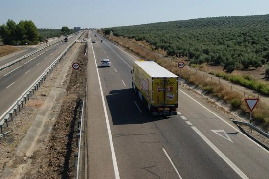 Un camión circula por la Autovía de Andalucía.
