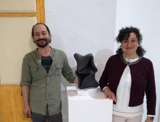 La concejala de Cultura, María José Bueno, junto a Ángel Montero y su escultura.