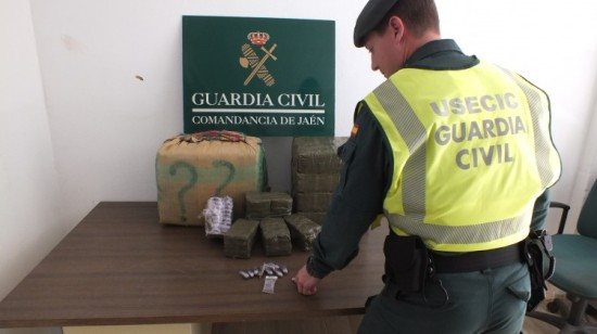 Un miembro de la Benemérita ante la droga incautada. Foto: Guardia Civil.