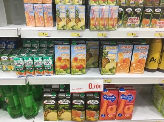 Productos alimenticios en un establecimiento comercial de Lopera.