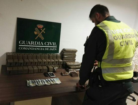 Un miembro de la Benemérita ante la droga incautada al detenido. Foto: Guardia Civil.