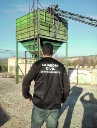 Un miembro de la Benemérita en una almazara. Foto: Guardia Civil.