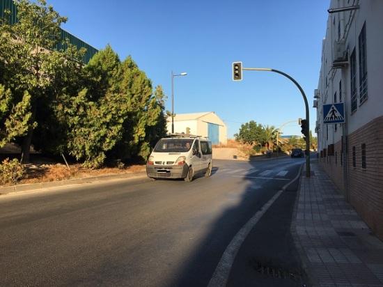 Una furgoneta circula por una carretera de la Comarca de Andújar.