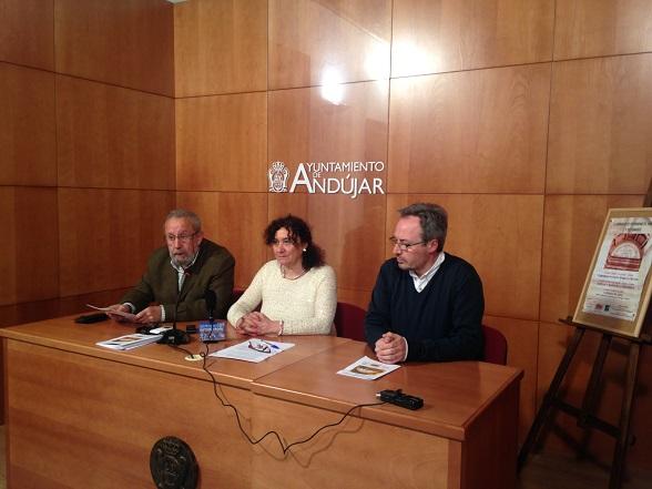 La concejala de Cultura, María José Bueno, junto con Luis Pedro Pérez y Pablo Casado,